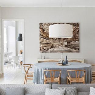 Idee per una sala da pranzo minimal con pareti grigie, parquet chiaro e pavimento beige