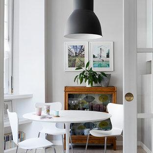 Foto di una sala da pranzo contemporanea con pareti bianche, parquet chiaro e pavimento beige