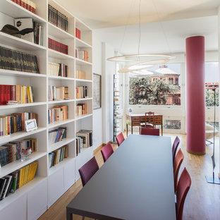 Foto di una sala da pranzo aperta verso il soggiorno design di medie dimensioni con pareti bianche, pavimento in legno massello medio, nessun camino e pavimento marrone