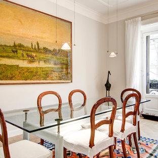 Immagine di una sala da pranzo aperta verso il soggiorno classica con pareti grigie, parquet chiaro e pavimento beige