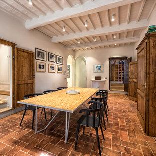 Diseño de comedor campestre, grande, cerrado, con paredes blancas, suelo de ladrillo y suelo marrón