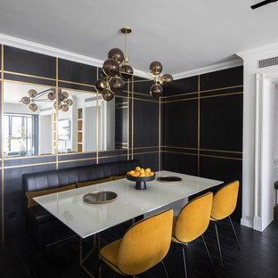 Idee per una sala da pranzo aperta verso la cucina design di medie dimensioni con pareti nere, pavimento in legno verniciato e pavimento nero