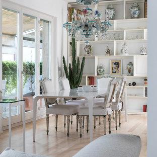 Immagine di una sala da pranzo eclettica con pareti bianche, parquet chiaro e pavimento beige