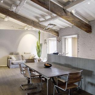 Immagine di un'ampia sala da pranzo aperta verso il soggiorno design con pareti grigie e pavimento in legno massello medio