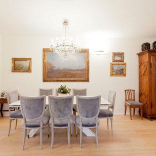 Foto di una grande sala da pranzo chic con parquet chiaro, pavimento beige e pareti bianche