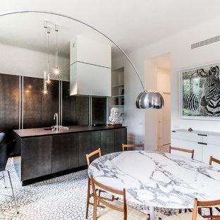 Idee per una sala da pranzo aperta verso la cucina minimal di medie dimensioni con pareti bianche e pavimento multicolore