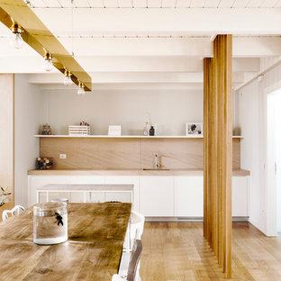 Immagine di una sala da pranzo minimal con pareti bianche, parquet chiaro e pavimento beige