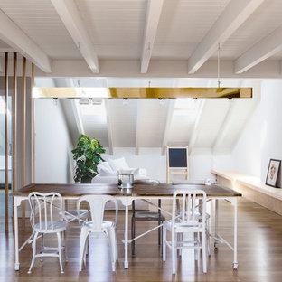 Foto di una sala da pranzo aperta verso il soggiorno contemporanea con pareti bianche e parquet scuro