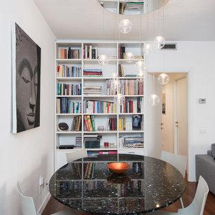 Esempio di una piccola sala da pranzo aperta verso il soggiorno minimal con pareti bianche, pavimento in legno massello medio, pavimento marrone e nessun camino