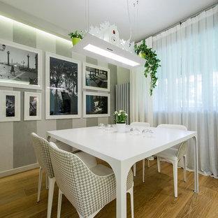 Foto di una sala da pranzo aperta verso il soggiorno minimal di medie dimensioni con pareti multicolore e parquet chiaro
