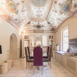 Esempio di una grande sala da pranzo tradizionale chiusa con pareti beige, pavimento in pietra calcarea, nessun camino e pavimento beige