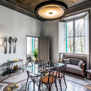 Immagine di una sala da pranzo mediterranea di medie dimensioni con pareti bianche, pavimento in marmo e pavimento multicolore