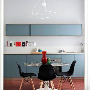 Esempio di una sala da pranzo aperta verso la cucina bohémian di medie dimensioni con pareti grigie, pavimento con piastrelle in ceramica, nessun camino e pavimento rosso