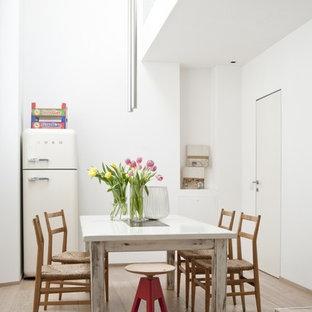 Esempio di una sala da pranzo scandinava di medie dimensioni con pareti bianche e parquet chiaro