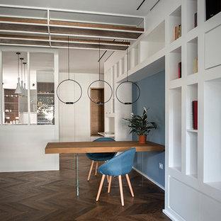 Inredning av en modern mellanstor matplats, med vita väggar, mellanmörkt trägolv, en hängande öppen spis, en spiselkrans i gips och brunt golv