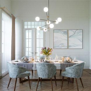 Esempio di una sala da pranzo nordica di medie dimensioni con pareti bianche, pavimento in legno massello medio e pavimento marrone