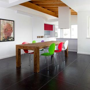 Esempio di una sala da pranzo aperta verso il soggiorno contemporanea con pareti bianche e pavimento nero