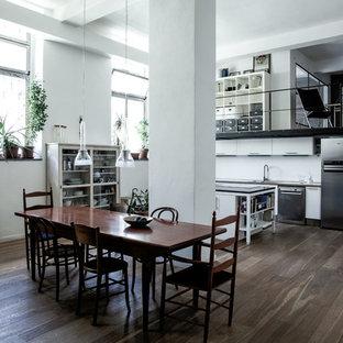 Immagine di una grande sala da pranzo aperta verso il soggiorno design con pareti bianche, pavimento marrone e parquet scuro