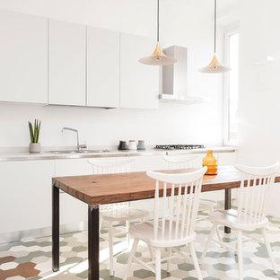 Imagen de comedor contemporáneo, de tamaño medio, abierto, con paredes blancas, suelo de baldosas de cerámica y suelo verde