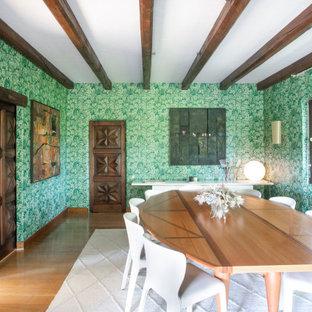 Immagine di un'ampia sala da pranzo mediterranea chiusa con pareti verdi, travi a vista, carta da parati, pavimento in legno massello medio e pavimento marrone
