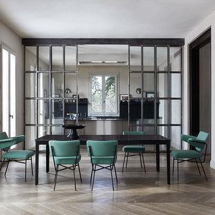 Foto di una sala da pranzo moderna con pareti grigie, parquet chiaro e pavimento beige