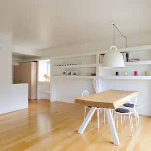 Idee per una sala da pranzo aperta verso il soggiorno nordica di medie dimensioni con pareti bianche, parquet chiaro e pavimento beige