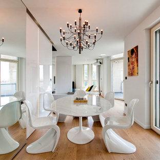 Immagine di una sala da pranzo aperta verso il soggiorno minimal di medie dimensioni con pareti bianche, pavimento in legno massello medio, nessun camino e pavimento marrone