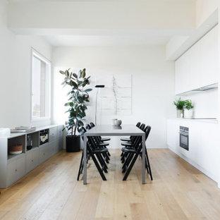 Idéer för att renovera en funkis matplats, med vita väggar och målat trägolv