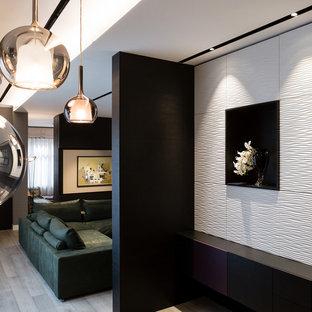 Ejemplo de comedor de cocina ecléctico, extra grande, con paredes negras, suelo de madera oscura, chimenea de doble cara, marco de chimenea de hormigón y suelo gris