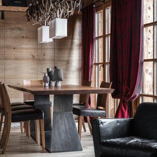 Foto di una sala da pranzo stile rurale con pareti marroni, pavimento in legno massello medio e pavimento marrone