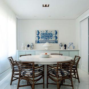 Kolonialstil Esszimmer mit weißer Wandfarbe und weißem Boden in Sonstige