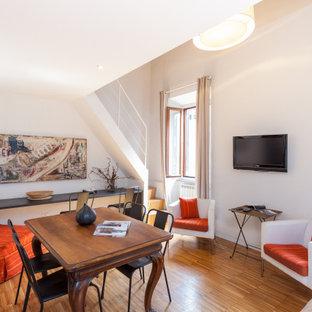 Ispirazione per una sala da pranzo contemporanea con pareti bianche, pavimento in legno massello medio e pavimento marrone