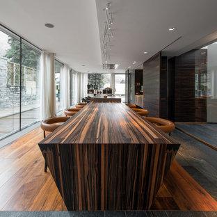 Esempio di una grande sala da pranzo aperta verso il soggiorno minimal con pavimento in legno massello medio e pavimento marrone