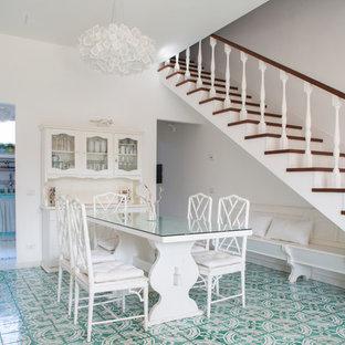 Immagine di una sala da pranzo aperta verso il soggiorno costiera di medie dimensioni con pareti bianche, pavimento con piastrelle in ceramica, nessun camino e pavimento verde