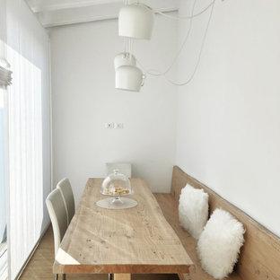 Ispirazione per una piccola sala da pranzo nordica chiusa con pareti bianche, pavimento in legno massello medio e pavimento beige