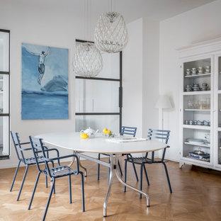 Idee per una sala da pranzo al mare chiusa con pareti bianche, parquet chiaro e pavimento marrone