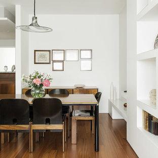 Idee per una sala da pranzo aperta verso il soggiorno minimalista con pareti bianche e parquet scuro