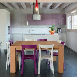 Idee per una sala da pranzo aperta verso la cucina minimal di medie dimensioni con pareti grigie e parquet scuro