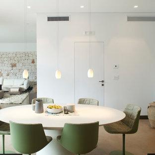 Foto di una sala da pranzo minimal con pareti bianche, pavimento beige e pavimento in cemento