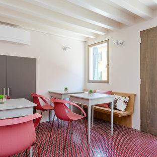 Idee per una sala da pranzo mediterranea con pareti bianche, pavimento con piastrelle in ceramica e pavimento rosso