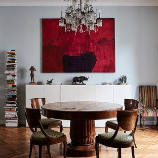 Esempio di una sala da pranzo classica di medie dimensioni con pareti blu, pavimento in legno massello medio e pavimento marrone