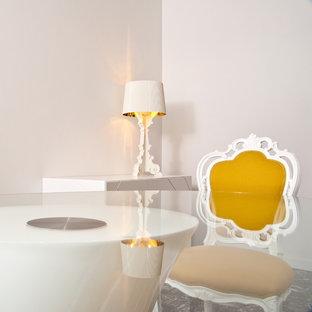 Imagen de comedor bohemio, grande, con paredes blancas, suelo de mármol y suelo negro
