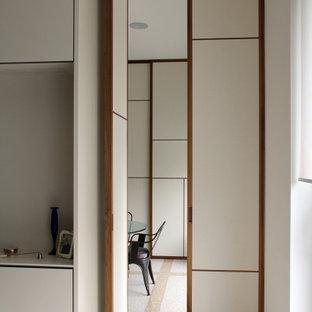 Ispirazione per una sala da pranzo design con pareti bianche, pavimento in marmo e pavimento giallo
