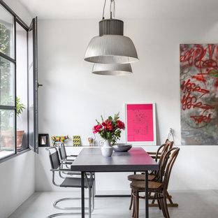 Imagen de comedor industrial con suelo de cemento, suelo gris y paredes blancas