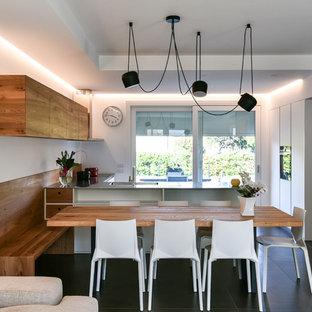 Idee per una grande sala da pranzo aperta verso la cucina design con pareti bianche, pavimento con piastrelle in ceramica e pavimento nero