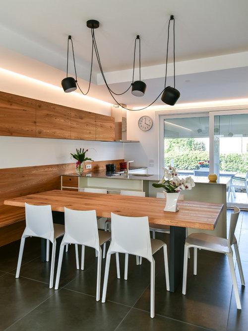 Sala da pranzo aperta verso la cucina con nessun camino - Foto ...