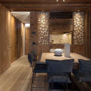 Ispirazione per un angolo colazione stile rurale con pareti marroni, pavimento in legno massello medio, pavimento marrone, soffitto in legno e pareti in legno