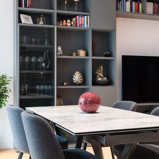Esempio di una sala da pranzo aperta verso il soggiorno contemporanea di medie dimensioni con pareti grigie e pavimento beige