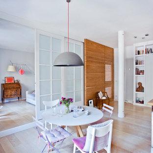 Foto di una sala da pranzo aperta verso la cucina scandinava di medie dimensioni con pareti bianche, parquet chiaro e pavimento beige