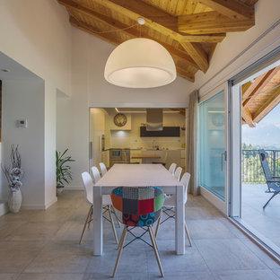 Ispirazione per una sala da pranzo aperta verso la cucina contemporanea con pareti bianche e pavimento beige